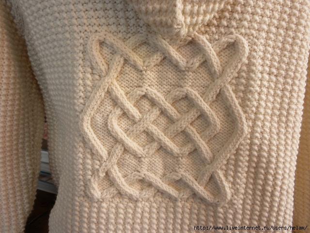 Молодежный вязаный свитер с оленями.