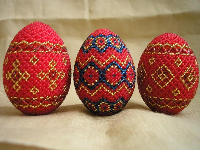 Оплести пасхальные яйца бисером можно при помощи различных техник...