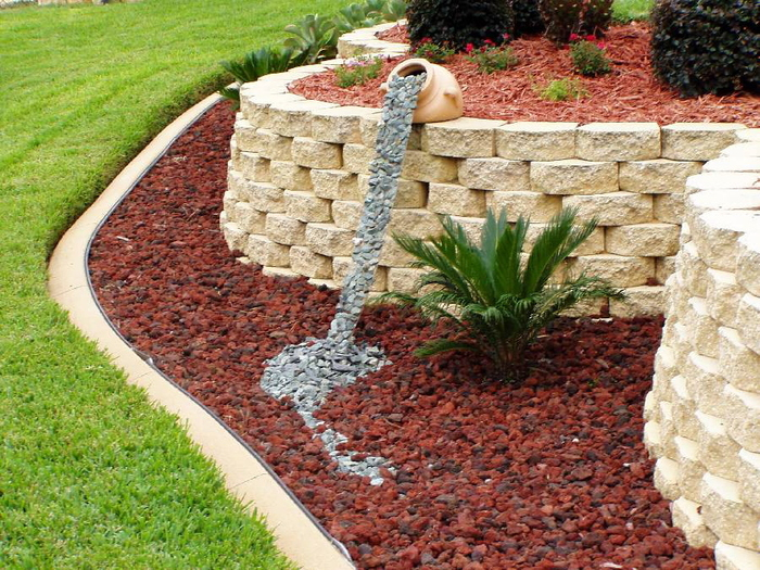 каменен водопад в градината