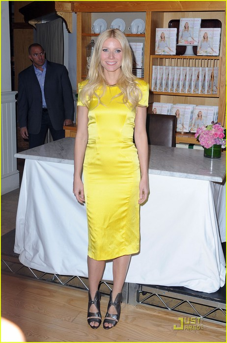 gwyneth-paltrow-my-fathers-daughter-book-signing-09 (462x700, 88Kb)