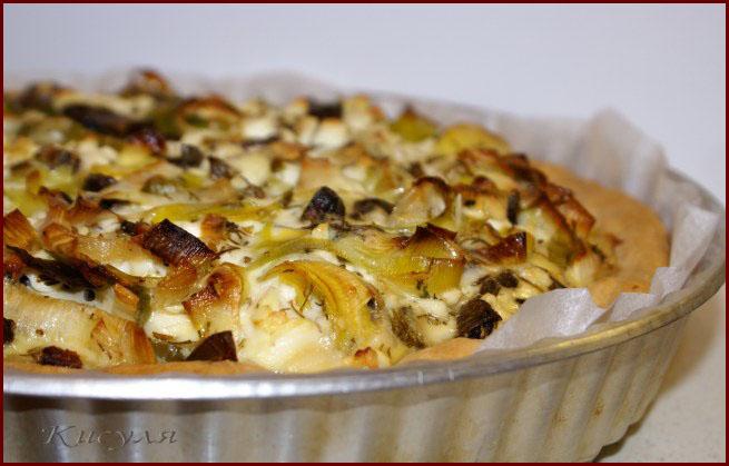 Открытый пирог с пореем, грибами и брынзой