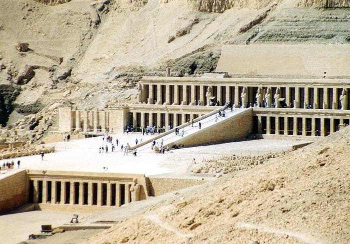 Заупокойный храм Хатшепсут в Дейр-эль-Бахри. Зодчий — Сенмут. (700x489, 156Kb)