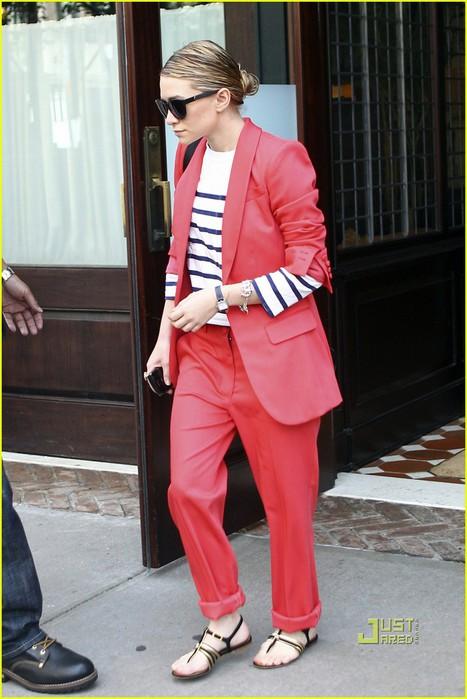 ashley-olsen-red-pant-suit-stripes-05 (467x700, 85Kb)