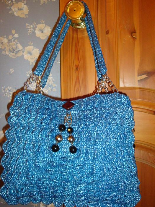 Голубая сумочка из мусорных пакетов.