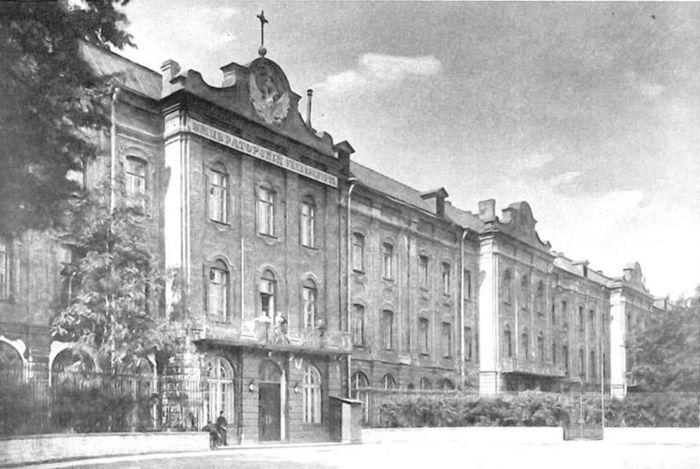 Следующее фото. В 1897 году семья Мандельштамов переехала в Петербург