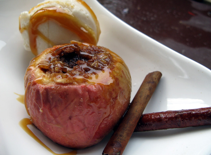 4278666_1959597336_af63841a68_Nut_stuffed_Baked_Apple_with_Caramel_Sauce_O (700x517, 101Kb)