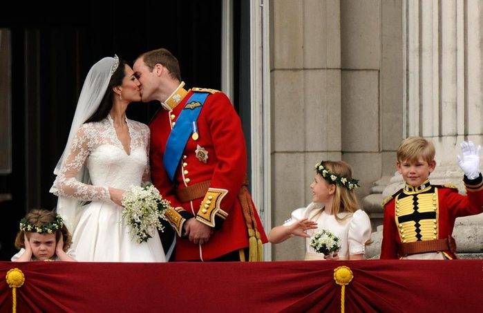 3 свадьба принца девочка заткнула уши (700x453, 58Kb)