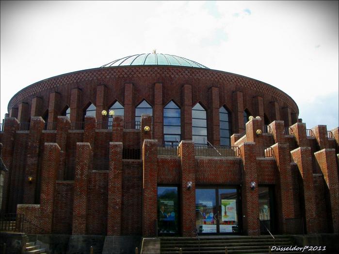 Сооружение из красного кирпича считается одним из самых ярких образцов экспрессионистской архитектуры во всей Германии.