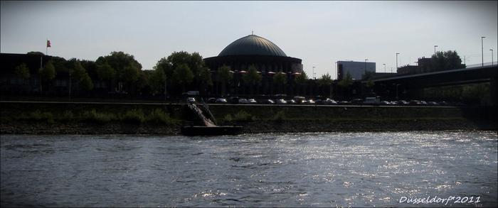 Вот так наш дюссельдорфский любимец концертный зал Тонхалле выглядит с Рейна ранним утром.
