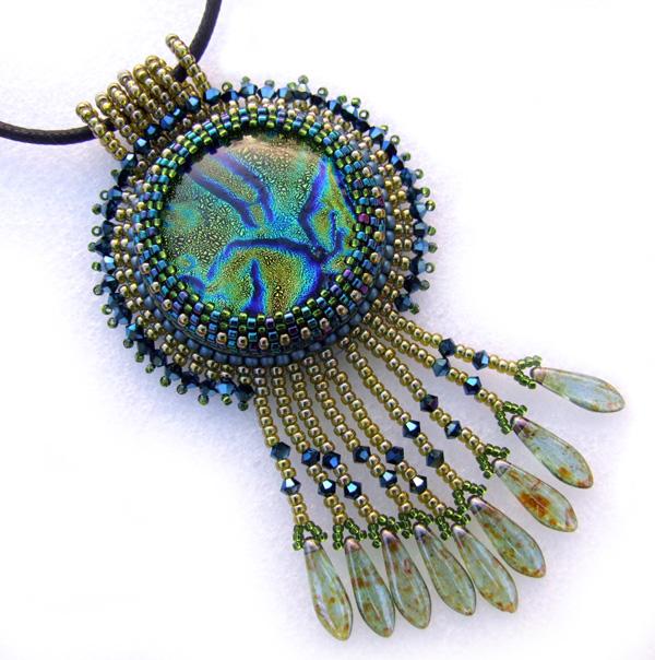 ...как сделать своими руками кулон из полудрагоценного камня(или драгоценного),обшив его бисером(кабошон называется...