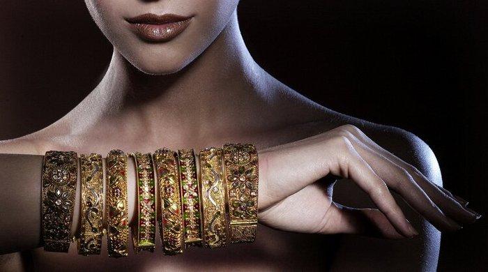 Индийские красотки никогда не забудут надеть множество звенящих браслетов.  Она может выражать с их помощью эмоции...