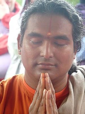 close-up in prayer-meditation red robes (300x400, 35Kb)