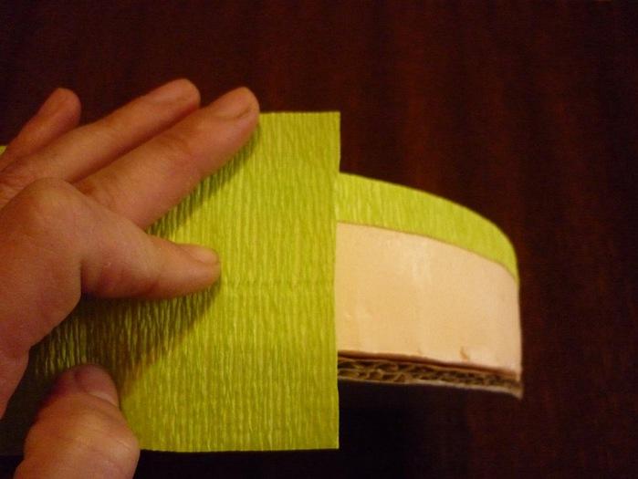 10.Теперь обклеиваю наружний бортик. Полоску гофры режу на 2 см больше высоты кольца (это если хотите рюшечку) (700x525, 73Kb)