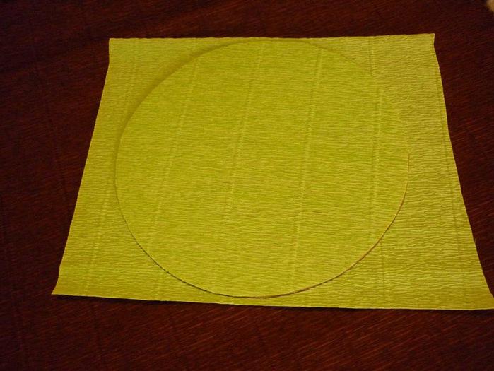 16.Обклеиваю крышечку. Намазываю клеем картон, прикладываю квадрат гофры, затем обрезаю лишнее. И также с другой стороны (700x525, 104Kb)