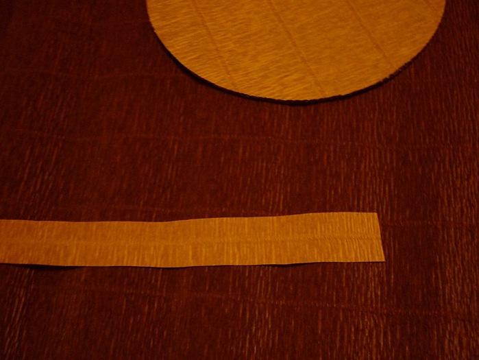 17.Делаю рюшечку на крышке. Полоска гофры длиной чуть меньше окружности крышки. Желательно отрезать так, чтобы полоска была посередине - это облегчает сгибание (700x525, 82Kb)