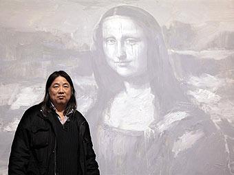 Янь Пэй-Мин на фоне своего варианта Моны Лизы (340x255, 16Kb)