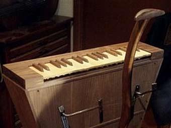 Музыкальный инструмент, выполненный по чертежам Леонардо да Винчи. Фото AP (340x255, 10Kb)