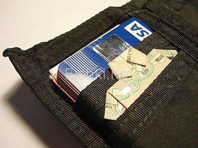 Считается, что такая вот рубашечка, сложенная из обычных десяти российских рублей, живущая в портмоне...