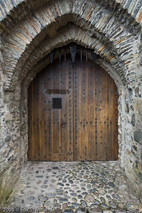 1246513296_castle-entrance (466x700, 111Kb)