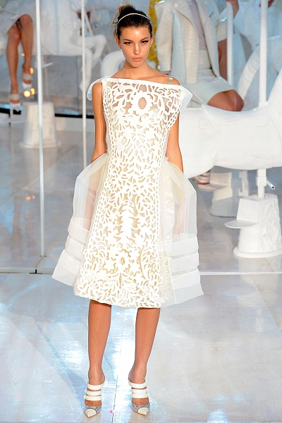 Британский дом Alexander McQueen в сезоне весна-лето 2012 предлагает...