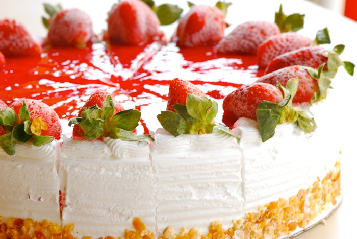 4278666_4841300938_50c1cd9c24_Strawberry_Ice_cream_Cake_at_dessert_corner____L (700x468, 176Kb)