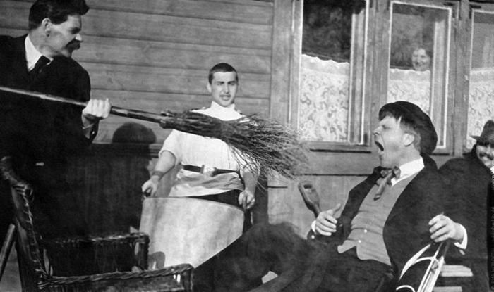 1905 Максим Горький тычет метлой в Фёдора Шаляпина (700x415, 89Kb)