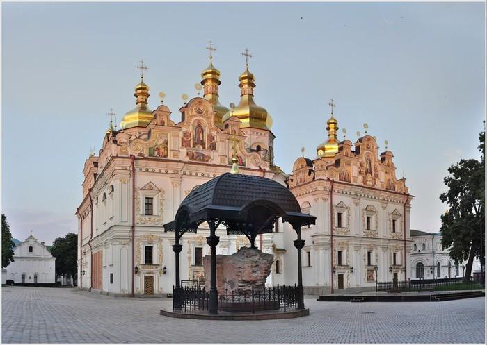 Свято-Успенский собор в Киеве. (700x497, 92Kb)