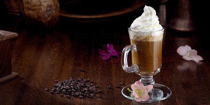 pic.9027.3.740x370 (700x350,)                                     Ингредиенты<br /> <br /> кофе (молотый) - 50 г<br /> пюре кокосовое - 30 г<br /> сироп маракуйи - 25 мл<br /> взбитые сливки - 20 г<br /> вода (негазированная) - 150 мл<br /> 3-4 зернышка кофе 62Kb)
