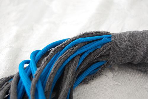 """Источник. нитки, иголка.  Для изделия понадобится. ножницы.  Шарф из старых колготок  """" Cocoshop."""