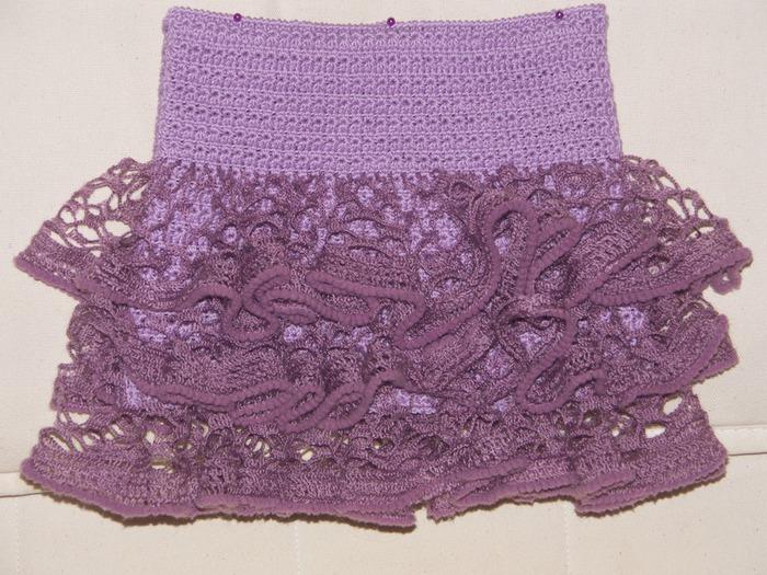 Девочки, посмотрите, какая интересная идея, как можно связать юбочку с воланами из модной сейчас пряжи для шарфиков...