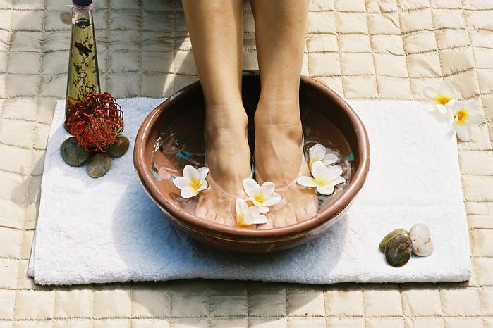 bigstockphoto_aromatherapy_footsoak_16068 (700x466, 360Kb)