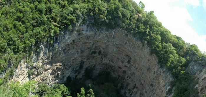 Глубина этой пещеры от 330 до 375 метров – вход располагается на склоне и пол в самой пещере тоже наклонный. (700x331, 122Kb)