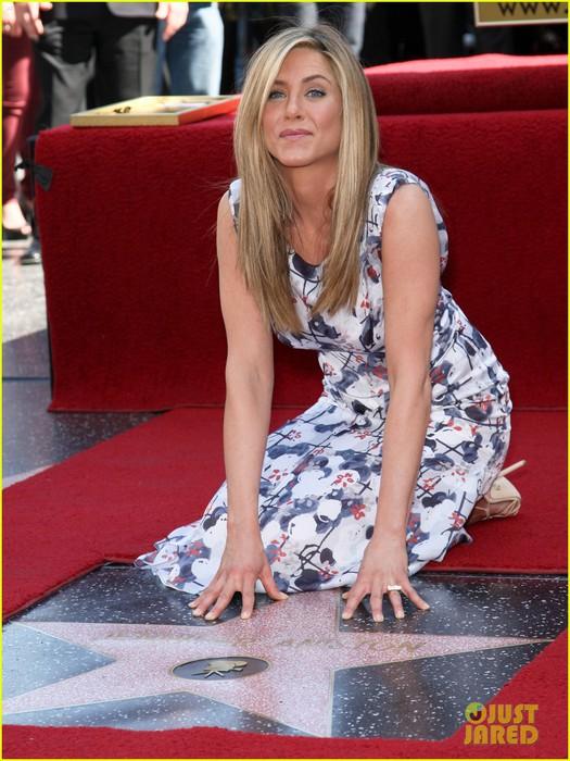 jennifer-aniston-star-hollywood-walk-of-fame-01 (525x700, 114Kb)