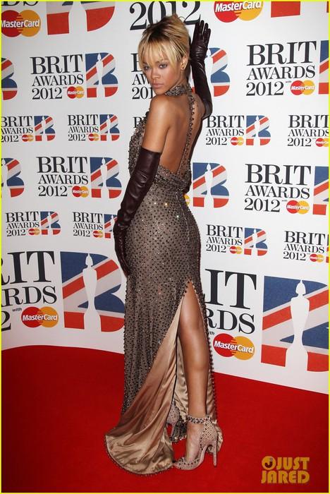 rihanna-brit-awards-2012-red-carpet-05 (468x700, 116Kb)