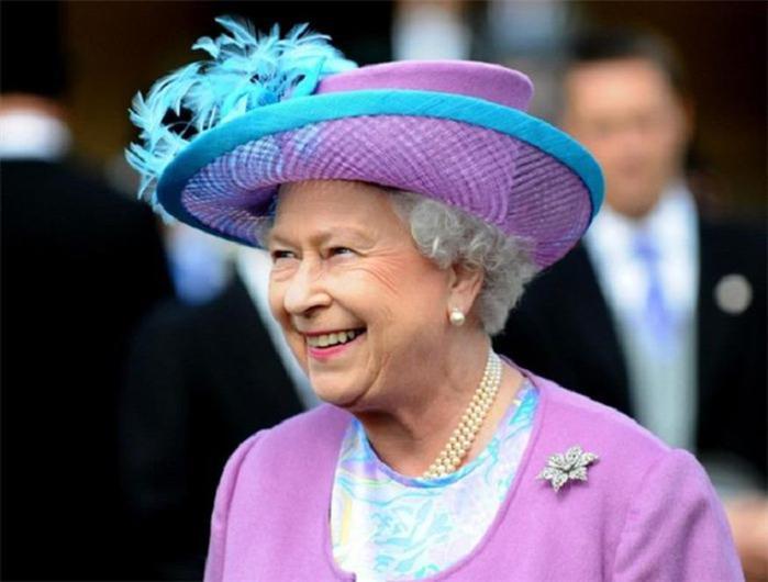 Что наша жизнь? Игра! Tiny Love и шляпки британской королевы