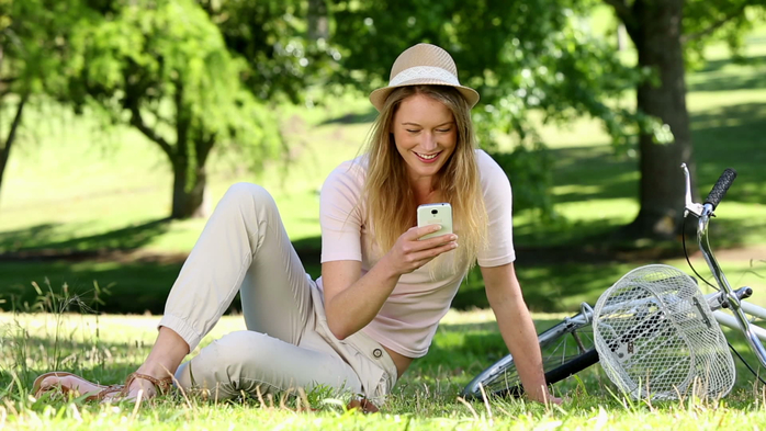 stock-footage-pretty-girl-using-smartphone-beside-her-bike-in-the-park-on-a-sunny-day (700x393, 322Kb)
