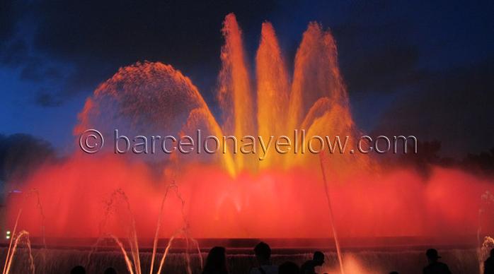 Волшебный фонтан Монжуик музыки и светового шоу (700x388, 247Kb)