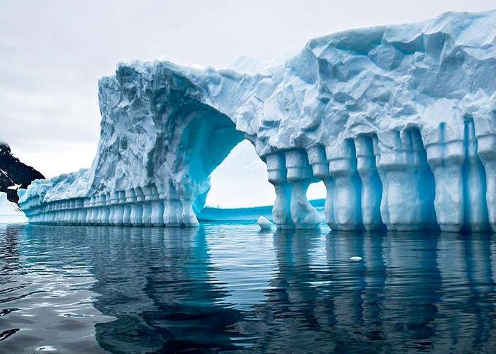 Kolizej-ajsbergov-Pleneau-Bay-Antarktika_1 (700x500, 64Kb)