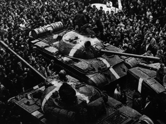 09 primavara-de-la-praga-oameni-in-jurul-tancurilor (700x525, 254Kb)