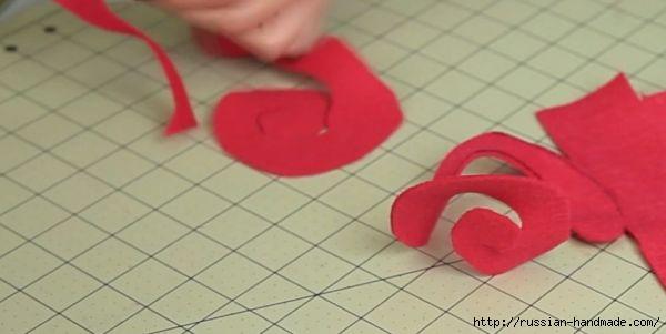 Декор подушки сердцем с розочками из фетра (2) (600x301, 71Kb)