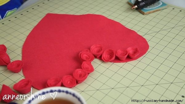 Декор подушки сердцем с розочками из фетра (4) (600x338, 91Kb)