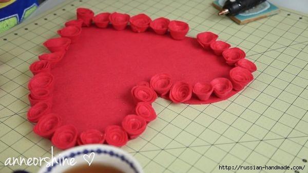 Декор подушки сердцем с розочками из фетра (6) (600x338, 95Kb)