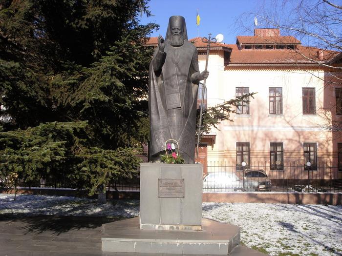 3 Памятник святителю Луке (700x525, 161Kb)