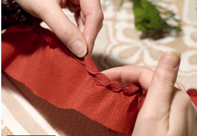 Еловая веточка с шишками из гофрированной бумаги.