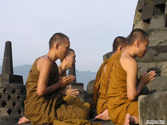 1221289636_borobudur_monks_1 (700x525, 361Kb)