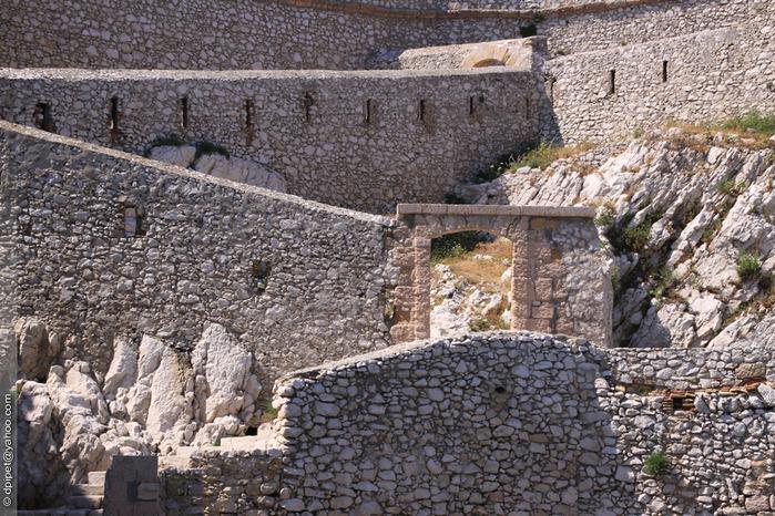 винтовой лестницы выстроились с бойницами у входа в замок (1524-1531) (700x466, 212Kb)