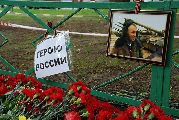 Цветы на месте убийства полковника Юрия Буданова dsc_0031 (700x470, 209Kb)