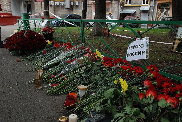 Цветы на месте убийства полковника Юрия Буданова dsc_0032 (700x470, 230Kb)