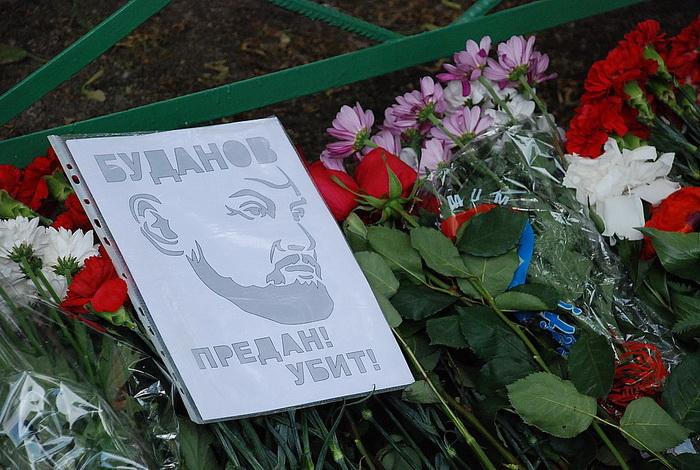 Цветы на месте убийства полковника Юрия Буданова dsc_0039 (700x470, 174Kb)