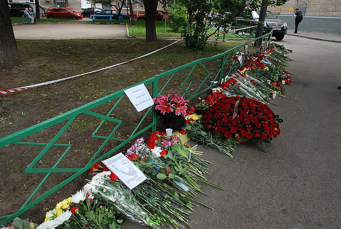 Цветы на месте убийства полковника Юрия Буданова dsc_0040 (700x470, 230Kb)